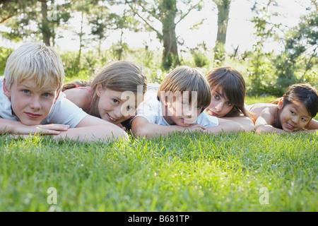 Portrait de groupe d'enfants couchés à l'extérieur, d'Elmvale, Ontario, Canada Banque D'Images