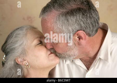 A mature couple partageant un baiser passionné se concentrer sur lui Banque D'Images