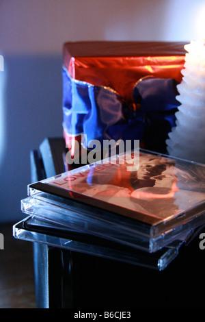 Close-up of pile de cd avec bougie et boîte-cadeau sur la table Banque D'Images