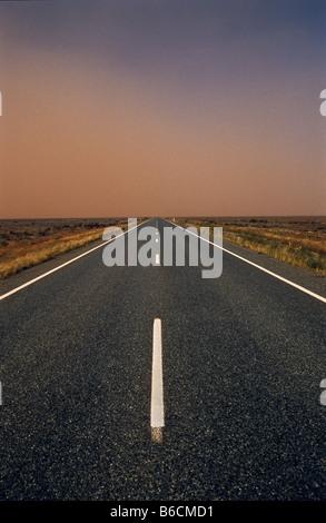 Tempête de poussière dans l'air sur l'autoroute, l'arrière-pays australien
