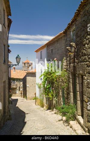 Le Portugal, la Beira Baixa, district de Castelo Branco, étroite rue pavée Monsanto Banque D'Images