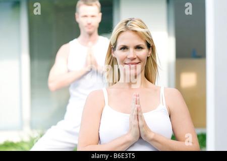 Couple d'effectuer des exercices de yoga, portrait Banque D'Images