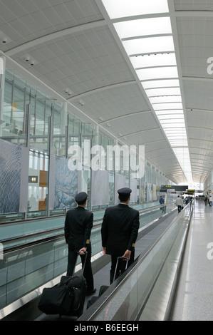 Deux pilotes de ligne aérienne sur un système de transfert à l'Aéroport Pearson International Airport Terminal 1 Banque D'Images