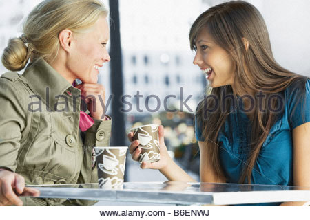 Happy friends having coffee Banque D'Images