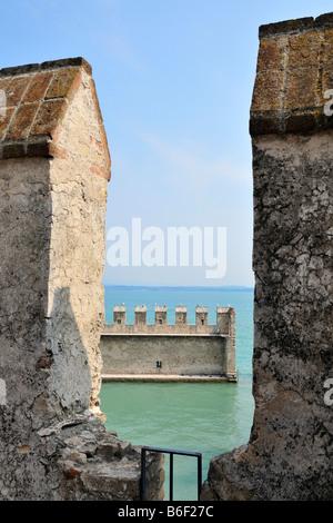 Vue du château, Château Scaligero Sirmione, lac de garde ou le lac de Garde, Lombardie, Italie, Europe Banque D'Images