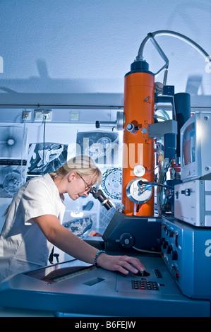 """Technicien de laboratoire travaillant avec un microscope électronique, recherche Max-Plank """"Fermentation le repliement Banque D'Images"""