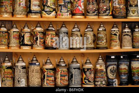 La vente de bière, des stand de souvenirs ou à la Heiliggeistkirche steins ou l'église du Saint-Esprit de Heidelberg, Banque D'Images