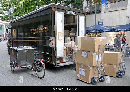 Service de livraison de colis UPS chariot dans une zone piétonne de Cologne, Rhénanie du Nord-Westphalie, Allemagne, Banque D'Images