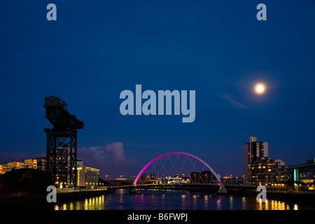 Aux Pont sur la rivière Clyde à partir de Govan à Broomielaw Glasgow Ecosse la nuit au clair de lune avec la grue Anderston