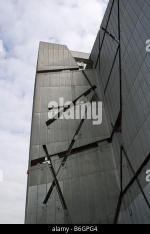 Les parois métalliques en acier de Judisches Museum Le Musée Juif conçu par Libeskind à Berlin Allemagne Banque D'Images