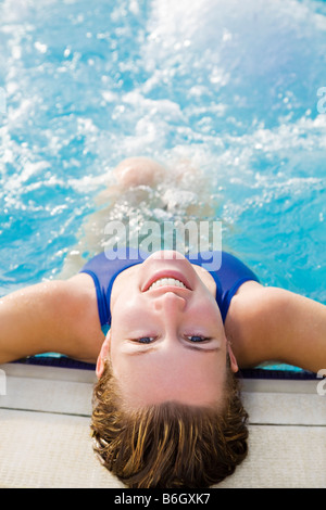 Portrait of young woman in swimming pool vue arrière Banque D'Images