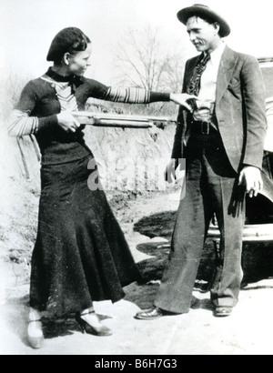 BONNIE ET CLYDE Bonnie et des hors-la-voleurs nous Parker et Clyde Barrow en 1933 avec les Ford V8 de l'année avant Banque D'Images