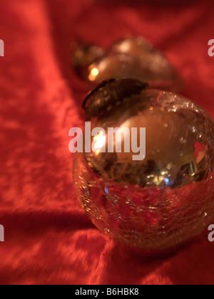Bulles de Noël doré sur le velours rouge Banque D'Images