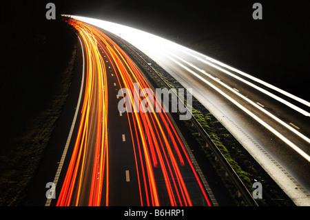 Les feux de circulation de l'exposition 'Long' dans la nuit Banque D'Images