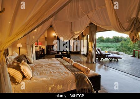 Chambre à coucher dans les légendes Tinga Private Game Lodge situé dans une zone de concession dans le Parc National Banque D'Images