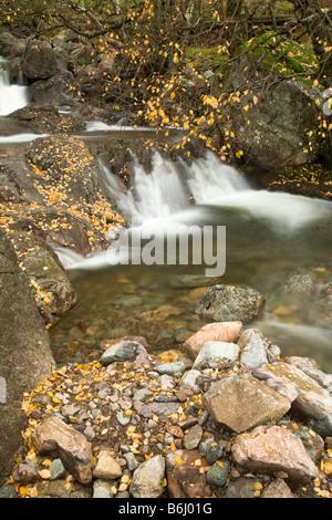 The Britannia Inn vigueur tumbling sur rochers dans la vallée de l'automne Grasmere Cumbria Lake District Uk