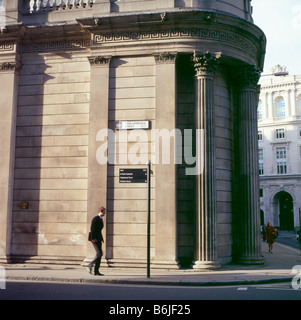 Un homme d'affaires qui passe devant le bâtiment de la Banque d'Angleterre Threadneedle Street pendant la crise financière de 2008 dans la ville de LONDRES, ROYAUME-UNI KATHY DEWITT