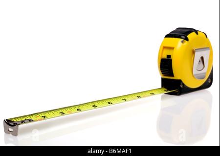 Une mesure de bande en acier rétractable jaune isolé sur fond blanc avec un léger reflet Banque D'Images