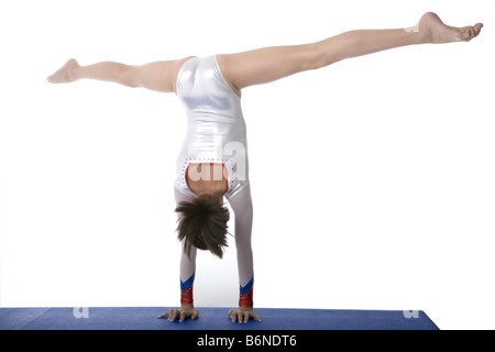 Portrait of young girl doing handstand Vue panoramique Banque D'Images