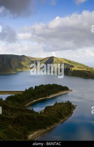 Vue aérienne de Fire Lake ou Lagoa do Fogo sur l'île portugaise de Sao Miguel dans les Açores. Banque D'Images