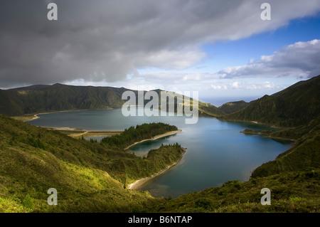 Large Vue aérienne de Fire Lake ou Lagoa do Fogo sur l'île portugaise de Sao Miguel dans les Açores. Banque D'Images