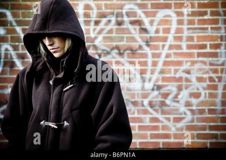 Jeune femme portant un manteau duffle duffel brun à la triste solitude dépression misérable retiré seul introvertie seul UK