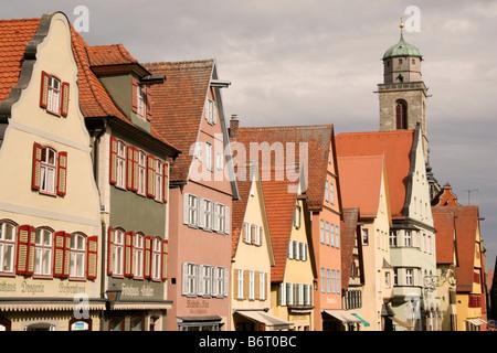 Ligne de bâtiments traditionnels, la place du marché de la ville historique de Dinkelsbuehl en Bavière, Allemagne. Banque D'Images