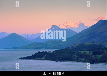 Le Lac Wakatipu à l'aube, près de Queenstown à vers Glenorchy et Fiordland, Nouvelle-Zélande Île du Sud Banque D'Images