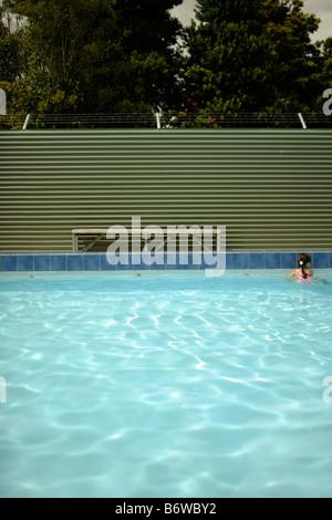 Petite fille de cinq ans seul dans la piscine de fer dans l'extrémité profonde