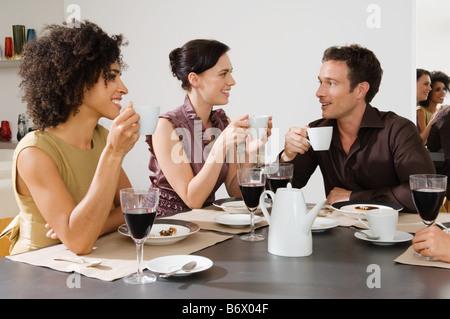 Amis parler autour d'un café Banque D'Images