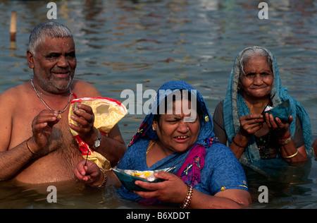 L'Inde, Uttar Pradesh, Allahabad, Sangam, les gens baignade à la confluence des rivières Gange et Yamuna Banque D'Images