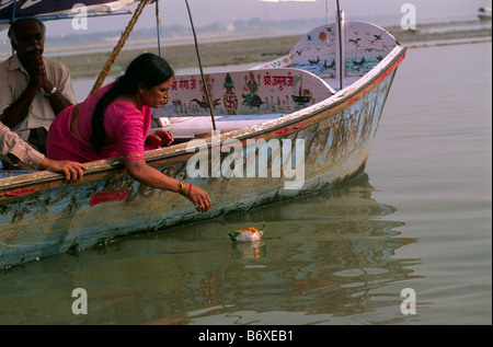 L'Inde, Uttar Pradesh, Allahabad, Sangam, gens donner les offrandes à la confluence des rivières Gange et Yamuna Banque D'Images