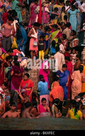 L'Inde, Varanasi, festival de kartik purnima, les gens se baigner dans le Gange Banque D'Images