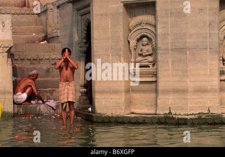 L'Inde, Varanasi, l'homme de prier dans le Gange Banque D'Images