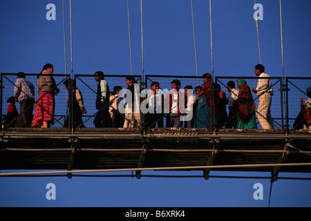 L'Inde, l'Uttarakhand, Rishikesh, personnes traversant le pont suspendu de lakshman jhula Banque D'Images