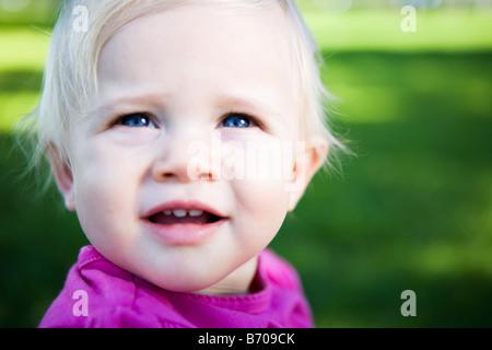 Portrait d'une petite fille de un an dans le parc. Banque D'Images