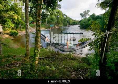 Le Suriname, Laduani, Nieuw Aurora, sur la rive de la rivière Suriname Boven. Anaula Nature Resort. Woman relaxing in hammock.