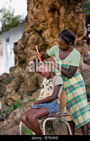 Le Suriname, Laduani, sur la rive de la rivière Suriname Boven. Les jeunes filles de la tribu des Saramaccaner peigner les cheveux.