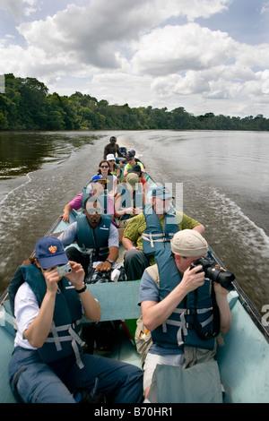 Le Suriname, Laduani, sur la rive de la rivière Suriname Boven. Les touristes en visite sur rivière avec creusés dans les canots.