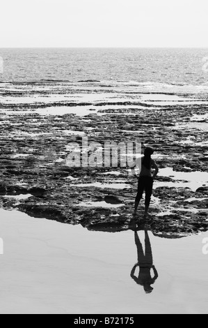 L'homme en contemplant par la mer Banque D'Images