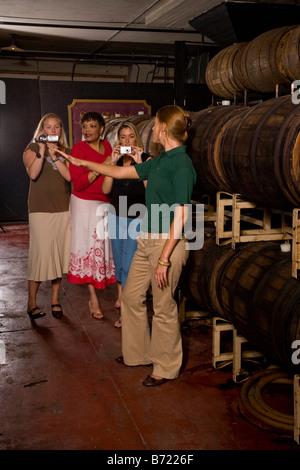 Visite de vignobles guide expliquant le processus de vieillissement du vin Banque D'Images