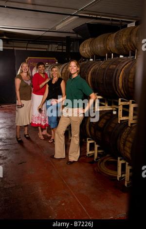 Winery tour guide posant avec un groupe de touristes Banque D'Images