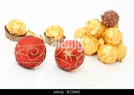 Boules de Noël et chocolats wraped or isolé sur fond blanc