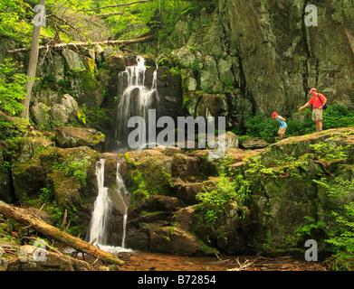 Les randonneurs à Upper Falls, rivière Doyles Shenandoah National Park, Virginia, USA Banque D'Images