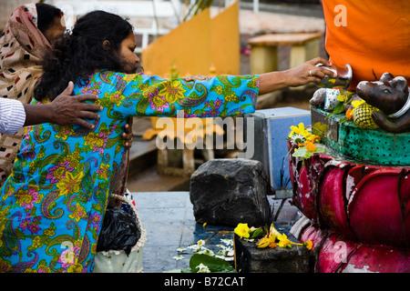 Femme priant au temple hindou de Grand Bassin à l'Ile Maurice Banque D'Images