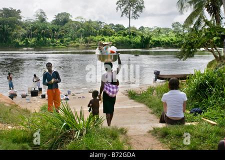 Le Suriname, Laduani, sur la rive de la rivière Suriname Boven. Les gens d'Saramaccaner tribu à la rivière. Touriste.