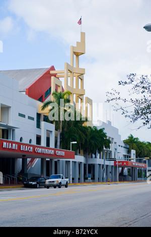 Art déco contemporain moderne Floride structure de la Miami Beach Convention Center avec Union flag flying