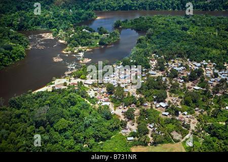 Le Suriname, Laduani, sur la rive de la rivière Suriname Boven. Vue aérienne.