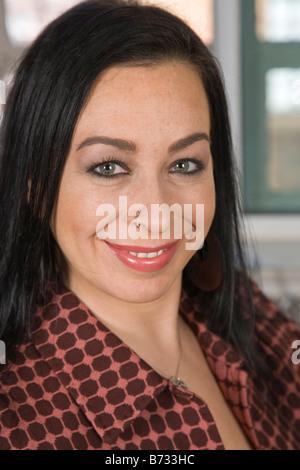 Femme souriante avec anneau dans le nez portrait Banque D'Images