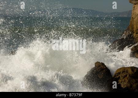 Vagues se brisant sur les rochers de la côte de l'océan Pacifique nord centrale de San Francisco California USA Banque D'Images